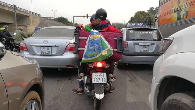 Trở về Hà Nội với lỉnh kỉnh túi xách, quà quê. Chụp trên đường gom vành đai 3 đoạn Lĩnh Nam