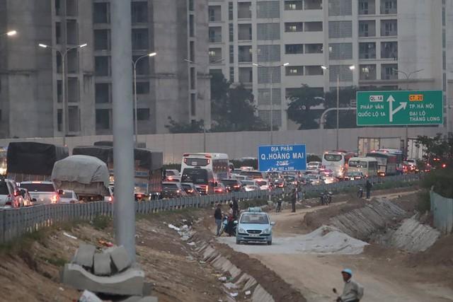 Nhiều người bỏ xe khách vượt hàng rào đi xe ôm