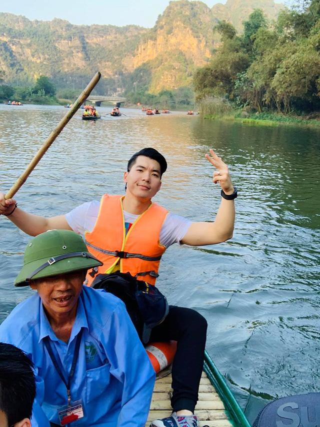 Trương Nam Thành ngồi thuyền ở Tràng An. Nam diễn viên chuyển ra sống ở Hà Nội từ năm 2017. Đây là năm đầu tiên anh đón xuân với vai trò là người đàn ông của gia đình.