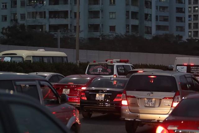 Xe cứu thương mắc kẹt trong dòng phương tiện đổ về Thủ đô
