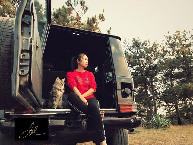 Tiến Đạt chia sẻ hình ảnh của bà xã Lê Thụy Vy ở Đà Lạt. Rapper Tiến Đạt tự lái xe trong dịp Tết. Hai vợ chồng lên kế hoạch sinh con trong năm nay.