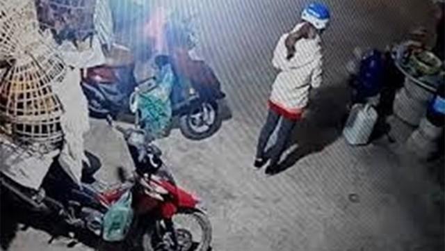 Hình ảnh cô gái đi giao gà cho khách trước khi bị sát hại.