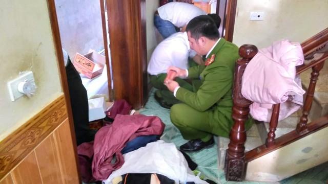 Lực lượng công an khám xét khẩn cấp nơi ở của Vương Văn Hùng. Ảnh: Minh Hiếu