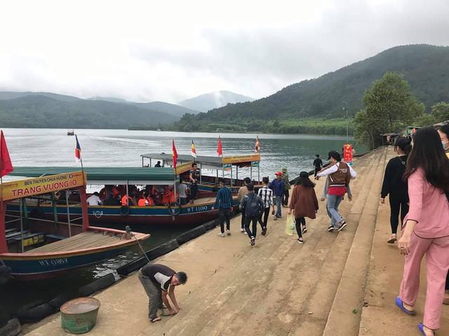 Từ sáng sớm du khách đã bắt đầu chuyến hành trình vãn cảnh chùa Hương Tích