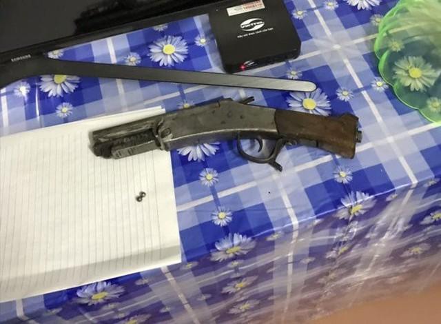 Súng tự chế và đạn bi được công an thu giữ tại hiện trường.