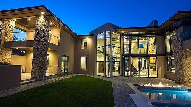 Căn biệt thự của vợ chồng ca sĩ Đan Trường tại San Jose, bang California (Mỹ) được định giá khoảng triệu đô. Từ bất kỳ căn phòng nào đều có thể ngắm nhìn cảnh đẹp xung quanh, thoáng đãng và lãng mạn. Bên trong khung cảnh sân vườn còn có bể bơi đẳng cấp.