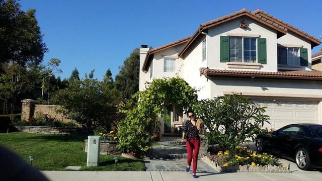 Nữ ca sĩ Thu Phương cùng chồng sống trong căn biệt thự vườn rộng hơn 700m2. Nơi đây được Thu Phương phủ xanh cây cối. Cô còn có sở thích trồng rau sạch nên khoảng hơn nửa diện tích đất là nơi để gia đình trồng rau xanh.