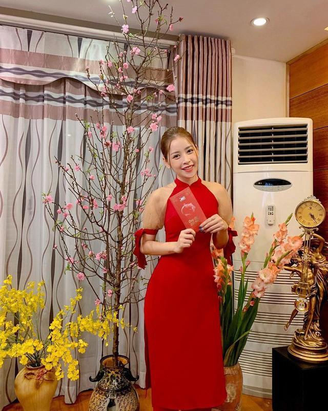 Dù là trơn màu nhưng thiết kế áo dài của Chi Pu cách điệu với kiểu dáng cổ yếm yêu kiều, phần tay còn cách điệu với chi tiết tay thắt nơ siêu xinh.