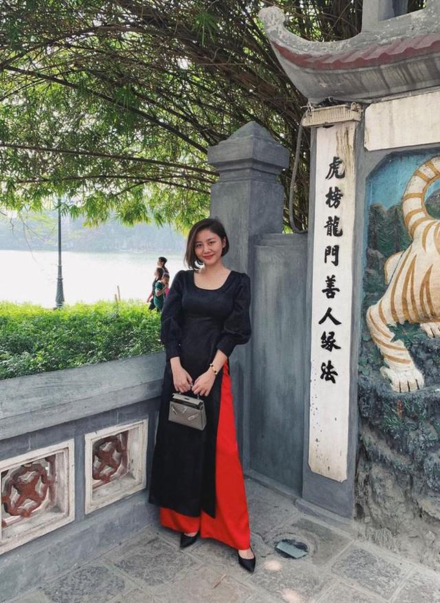 Khác hẳn với các người đẹp khác, Văn Mai Hương lại chọn riêng một thiết kế áo dài màu đen quý phái có phần hơi chững tuổi. Thiết kế tuy tối màu nhưng có thêm cách điệu tay phồng cực bắt trend năm nay.