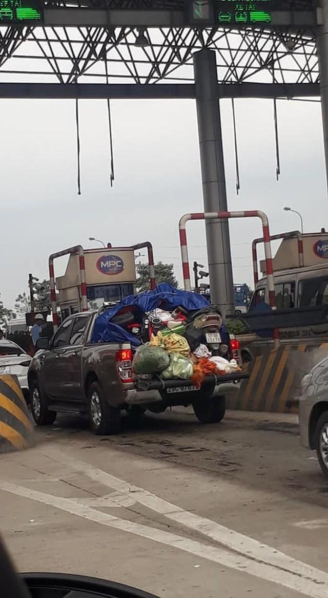 Đặc biệt, hình ảnh chiếc ô tô bán tải chất kín đồ ăn thức uống và đồ dùng phía sau khi quay trở lại Thủ Đô trong chiều mùng 6 Tết khiến nhiều người xôn xao. Kèm theo đó là dòng chia sẻ, Chuyến xe nặng tình quê hương.