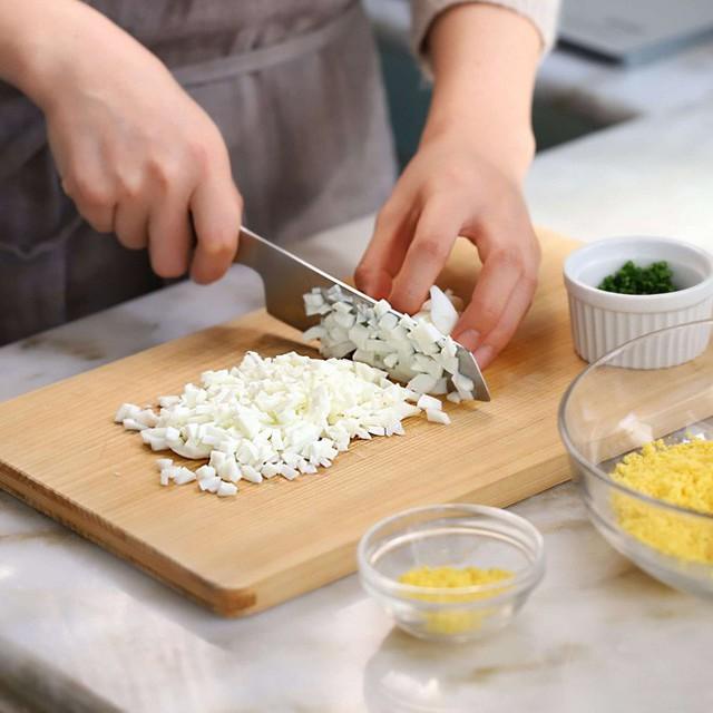 Cho lòng đỏ, lòng trắng trứng vào bát rồi thêm xốt mayonnaise, mù tạt, mật ong, muối, hạt tiêu.