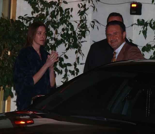 Bạn diễn của Jen trong phim Friends, nam diễn viên David Arquette, mỉm cười khi đến dự tiệc.