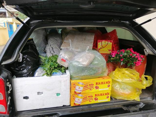 Thậm chí, nhiều người không ngần ngại chia sẻ hình ảnh chiếc cốp xe phía sau của gia đình mình cũng chở theo cả quê hương mỗi lần xa nhà.