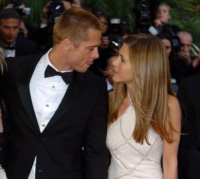 Brad Pitt và Jennifer Aniston (ảnh chụp tại liên hoan phim Cannes 2004 vài tháng trước khi họ ly hôn), từng trải qua 5 năm chung sống. Cặp sao kết hôn năm 2000 và ly dị vào tháng 1/2005 sau khi Brad phải lòng Angelina trên trường quay phim Mr&Mrs Smith. Sau này, Jennifer kết hôn với nam diễn viên Justin Theroux nhưng ly hôn vào đầu năm 2018. Hiện tại, cả hai đều trở lại thời kỳ độc thân nên thoải mái kết bạn với nhau.
