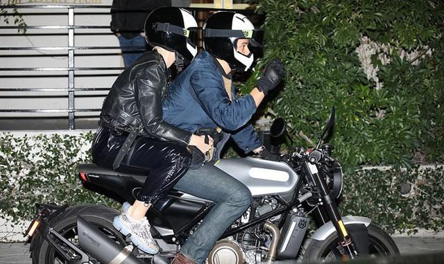 Nhiều ngôi sao khác tới dự sinh nhật của Jennifer như tài tử Orlando Bloom và ca sĩ Kate Perry. Cặp đôi lái môtô đến khách sạn.