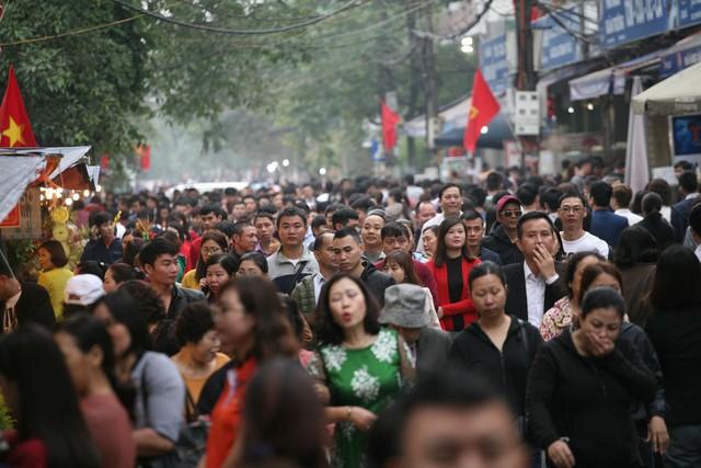 Khoảng 10h30 sáng ngày 11/2, các tuyến đường dẫn vào Phủ Tây Hồ đều đông kín người dân từ khắp nơi kéo đến lễ đầu năm.