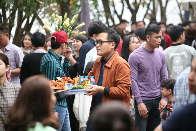 Rất nhiều người là dân công sở cho biết, sau khi xông đất cơ quan đã rủ nhau đến Phủ và các đình chùa để cầu may mắn trong năm mới.