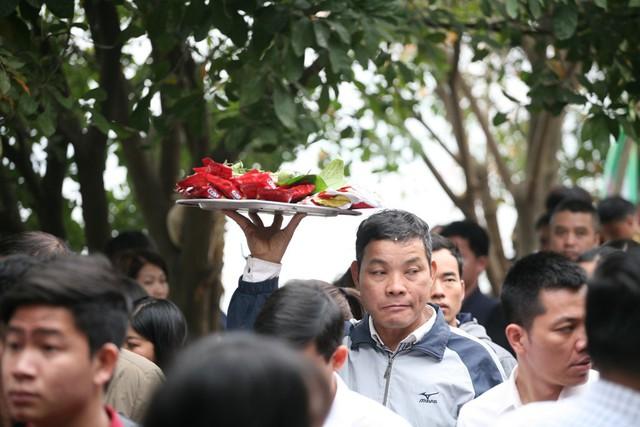 Do quá đông người dân kéo đến nên những mâm lễ đều được đưa lên cao tránh việc bị rơi vỡ.
