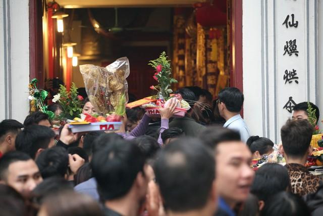 Bên trong Phủ, người dân chen chúc nhau vào điện thờ chính.