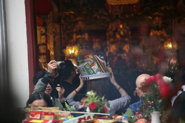 Theo quan niệm của người dân, đầu năm mới đi lễ Phủ với mong muốn công việc thuận lợi, sức khỏe và gặp nhiều may mắn.