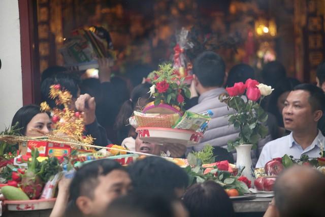 Người dân chen nhau đặt lễ tại điện thờ chính Phủ Tây Hồ.