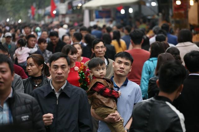 Nhiều gia đình từ các tỉnh thành lân cận cũng có mặt tại Phủ.