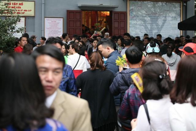 Người ra người vào đông đúc lúc hơn 11h trưa.