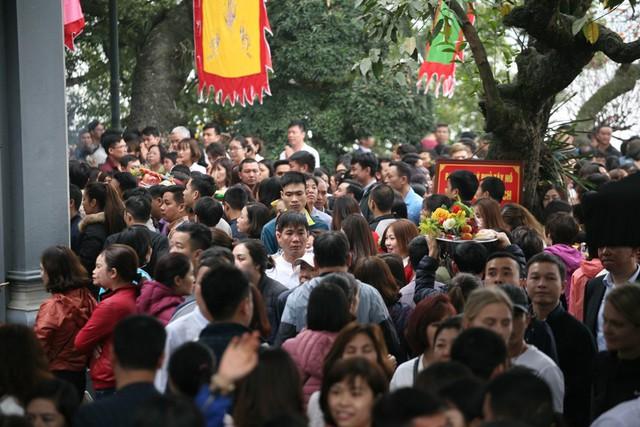 Cảnh tượng dòng người đông đến nghẹt thở lúc 11h20.