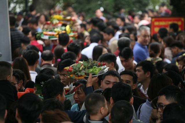 Theo người dân cho biết, năm mới đi lễ Phủ, lễ chùa cầu mong một năm bình an, may mắn.