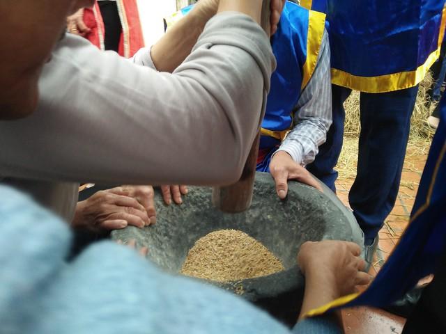 Mỗi đội được phát 1 chiếc cối và chày, những thanh niên khỏe mạnh sẽ đảm nhiệm công việc giã thóc thành gạo.