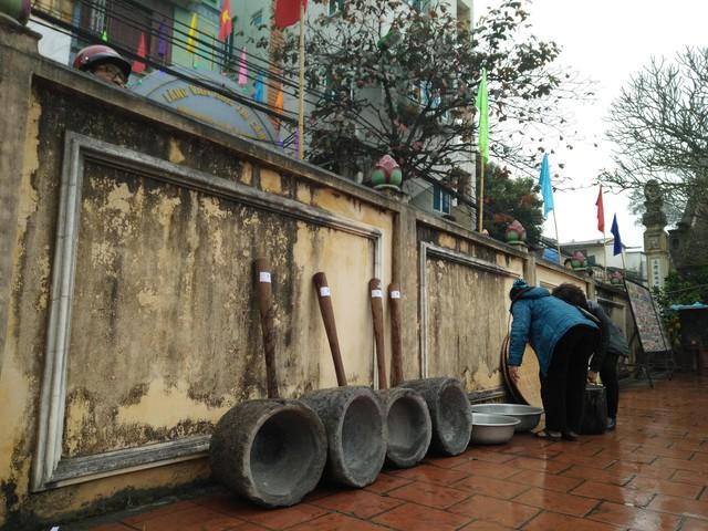 Sáng ngày 12/2 (tức mùng 8 âm lịch), làng Thị Cấm lại tổ chức lễ hội thi nấu cơm, đây là một trong những lễ hội có từ xa xưa và năm nào cũng được tổ chức với mong muốn một năm mới no đủ, an lành và hạnh phúc.