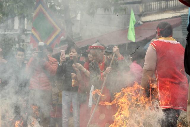 Khi ngọn lửa bùng lên cũng là giây phút hồi hộp, chờ đợi nhất của mỗi đội chơi.