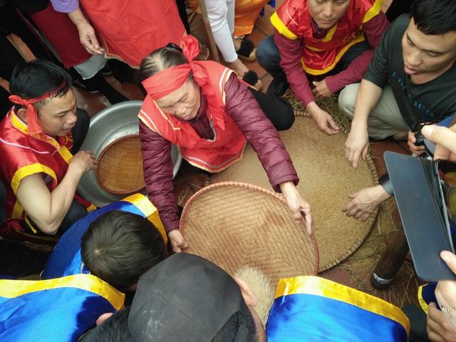 Sau khi công việc giã thóc xong, những người phụ nữ khéo léo nhất sẽ đảm nhiệm công đoạn sàng gạo để loại bỏ vỏ trấu cũng như đầu cám.