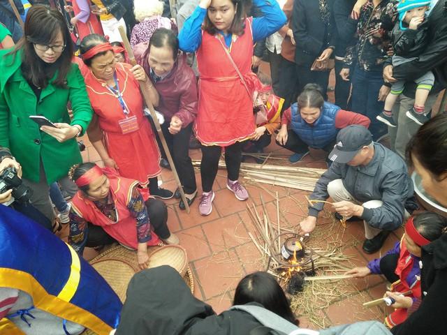 Sau khi những niêu nấu cơm được đổ nước, cho gạo vào là công đoạn thổi cơm được diễn ra trước sự chờ đón của đông đảo người dân trong làng.