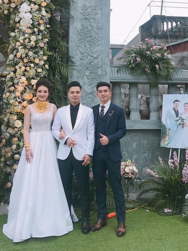 Hình ảnh cô dâu đeo vàng trĩu cổ ở Nam Định từng gây xôn xao