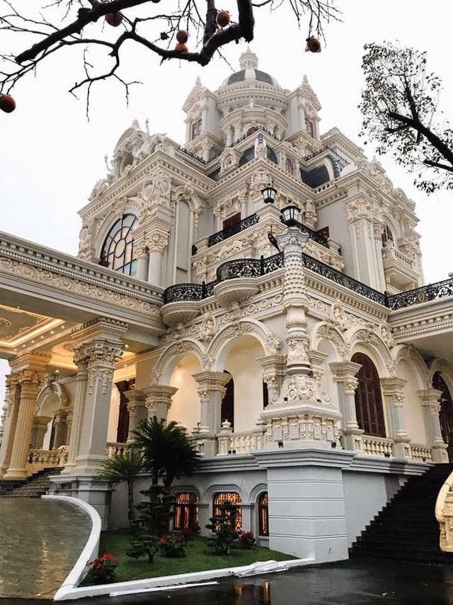 Tòa lâu đài của gia đình nhà cô dâu tọa lạc trên khu đất rộng cả nghìn mét, được trang trí với những hoa văn hết sức cầu kỳ, tinh xảo.