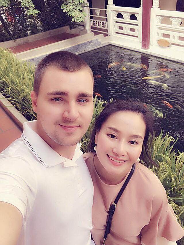 Thu Phượng - vợ cũ MC Thành Trung vui vẻ khoe ảnh hạnh phúc bên bạn trai Tây vào những ngày đầu năm mới.