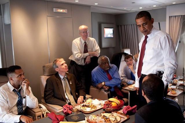 Khi tổng thống Mỹ đi công du, luôn có phái đoàn tháp tùng, hậu cần hàng trăm người đến tiền trạm từ trước nhiều tuần, thậm chí nhiều tháng. Trong ảnh, cựu tổng thống Obama và các cố vấn trên chuyên cơ Air Force One. Ảnh: Nhà Trắng.