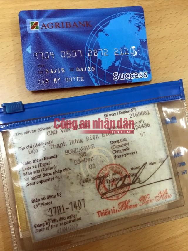 Thẻ ATM và đăng ký xe của nạn nhân được cơ quan điều tra thu giữ trong cặp của Vương Văn Hùng.