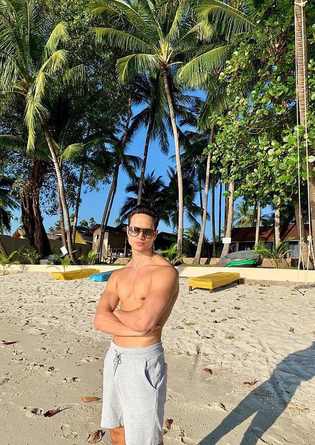 Kim Lý chụp ảnh bên bãi biển trong chuyến du lịch Thái Lan cùng Hồ Ngọc Hà.