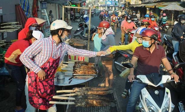 Cá lóc nướng là mặt hàng siêu đắt khách ngày vía Thần Tài bay về trời