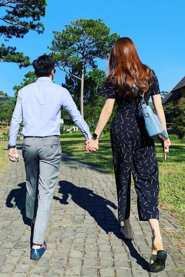 Doanh nhân phố núi thể hiện tình cảm cùng vợ mới cưới. Năm nay, Đàm Thu Trang không đón Tết ở quê nhà Lạng Sơn. Thay vào đó, mẹ và em trai cô bay vào TP HCM đi nghỉ mát cùng con gái và con rể.