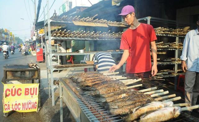 Có những hàng bán cả tấn cá nướng chỉ trong một ngày