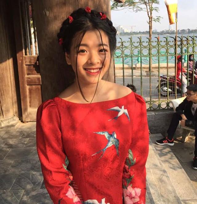 Con gái của NSƯT Chiều Xuân và nhạc sĩ Đỗ Trung Quân nổi tiếng khi tham gia cuộc thi The Voice Kids 2013. Hồng Khanh được đánh giá là nghệ sĩ trẻ tài năng khi hát hay, chơi được nhiều nhạc cụ và khả năng diễn xuất giống mẹ.