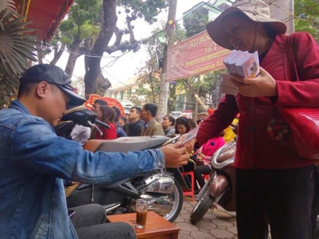 Nhiều người tìm mua vé số để cầu may trong ngày vía Thần Tài