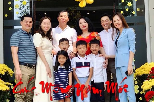 Ngày đầu năm, doanh nhân chia sẻ bức ảnh sum họp gia đình. Hai vợ chồng đều mong muốn có con trong năm Kỷ Hợi.
