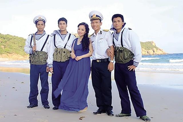 Ca sĩ Khánh Hòa cùng các chiến sĩ Trường Sa.