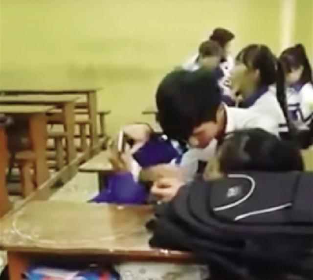 """Học sinh """"vô tư"""" ôm, hôn trong lớp học (ảnh cắt từ clip)."""