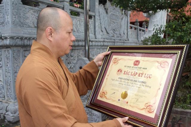 Bằng xác lập kỷ lục chùa Cương Xá là ngôi chùa có hệ thống tường đá khắc chữ Vạn đầu tiên tại Việt Nam. Ảnh: Đ.Tùy