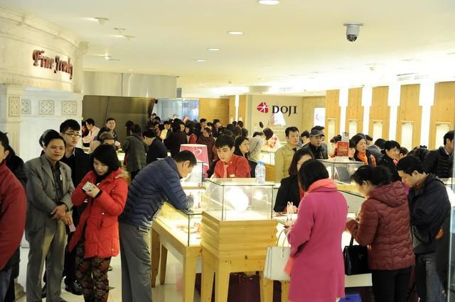 Vào ngày vía Thần Tài, hàng vạn người lại kéo nhau đi mua vàng cầu may